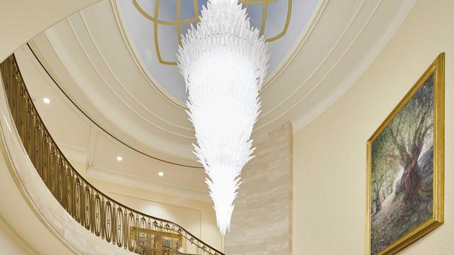 The grand staircase chandelier in the Rome Italy Temple was inspired by Chihuly. It incorporates the Venetian leaf pattern.